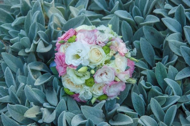 Bruiloft boeket van bloemen en groen op de groene bladeren