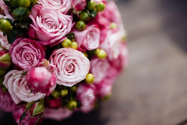 Bruiloft boeket van bruid - kleurrijke bloemen.
