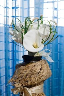 Bruiloft boeket van calla lelies. mooie bloemen in een vaas