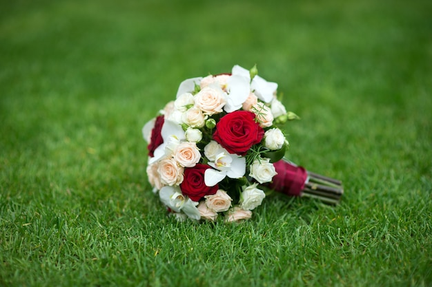 Bruiloft boeket van rode en lichte rozen