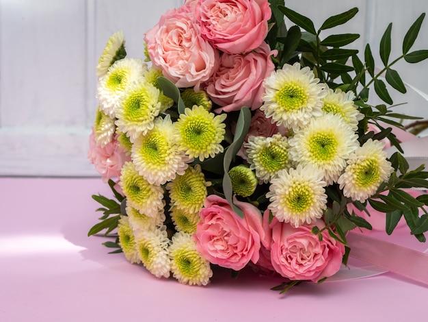 Bruiloft boeket van roze rozen en chrysanten. kopieer ruimte.