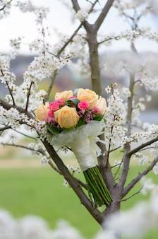 Bruiloft boeket verloofde van rozen op een boom in het voorjaar