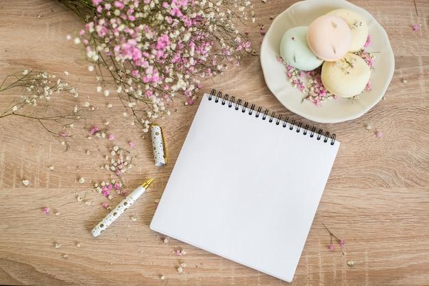 Bruiloft briefpapier mock-up. lege wenskaart mockup op houten tafel. snoepjes met gipskruid.
