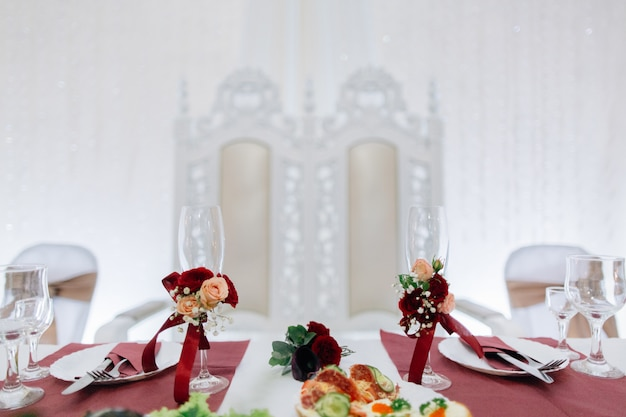Bruiloft bril prachtig versierd met bloemen