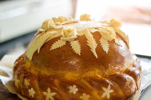 Bruiloft brood met decoratie. bloemen en bladeren van deeg. het is tijd om te vieren. goede oude traditie.