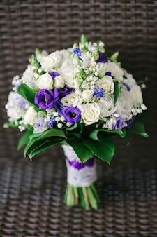 Bruiloft bruidsboeket van witte en paarse bloemen