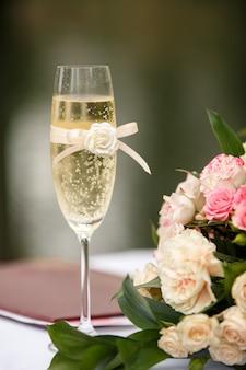 Bruiloft. champagne glas en bloemen voor huwelijksceremonie