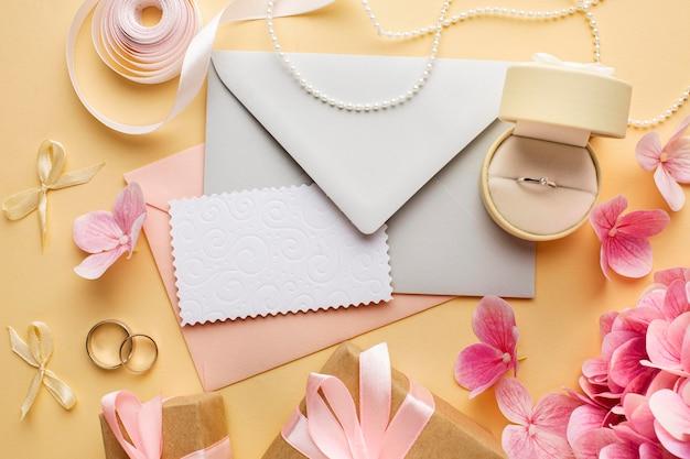 Bruiloft concept bloemen en uitnodiging bovenaanzicht