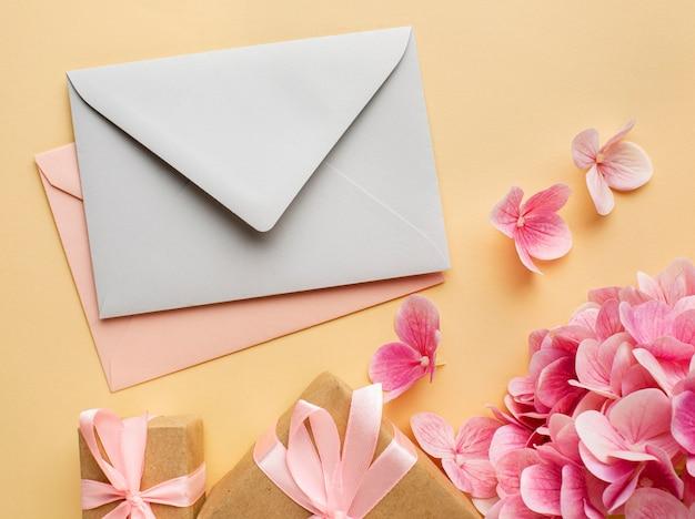 Bruiloft concept bloemen en uitnodiging plat leggen