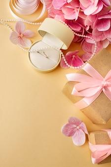 Bruiloft concept bloemen en uitnodiging