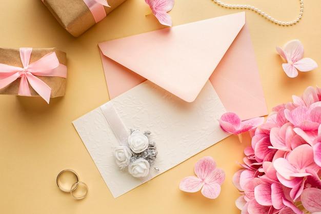Bruiloft concept bloemen uitnodiging en ringen