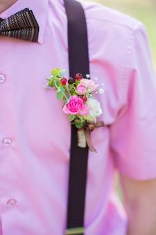 Bruiloft corsages gemaakt van verse bloemen op het overhemd van de bruidegom