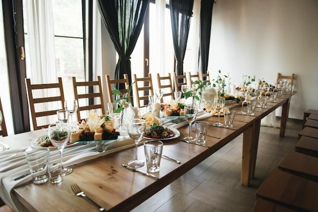 Bruiloft decor. bruiloft interieur. feestelijk decor. tafeldecor. tafel indeling. restaurant interieur. selectie focus