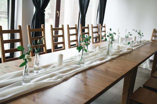 Bruiloft decor. bruiloft interieur. feestelijk decor. tafeldecor. tafel indeling. restaurant interieur.