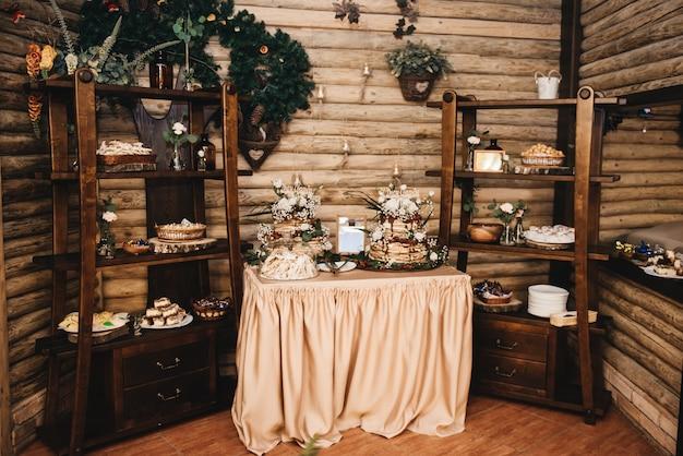 Bruiloft decor. bruiloft interieur. feestelijk decor. tafeldecor. tafel met snoep en lekkernijen voor gasten.