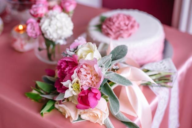 Bruiloft decor in roze met pioenrozen