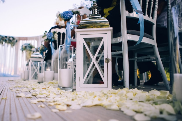 Bruiloft decor, kaarsen in glazen flessen.