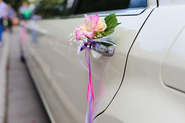 Bruiloft decor op het handvat van de auto