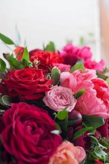 Bruiloft decor. rode bloemen in het restaurant, tabel