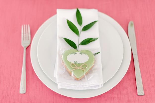Bruiloft decor. tafel voor de pasgetrouwden buiten. bruiloft receptie. elegante tafelindeling, bloemendecoratie, restaurant.