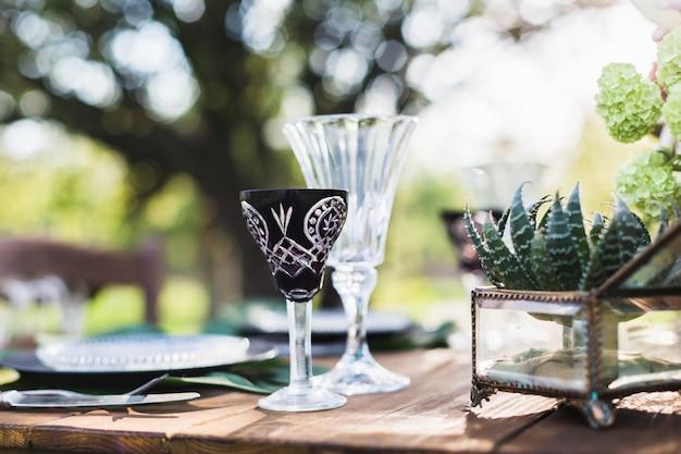 Bruiloft decor. tafel voor de pasgetrouwden buiten. bruiloft receptie.