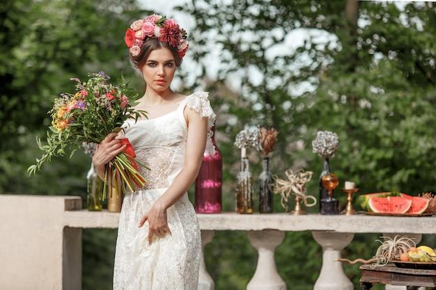 Bruiloft decoratie in de stijl van boho, bloemstuk, gedecoreerde tafel in de tuin.