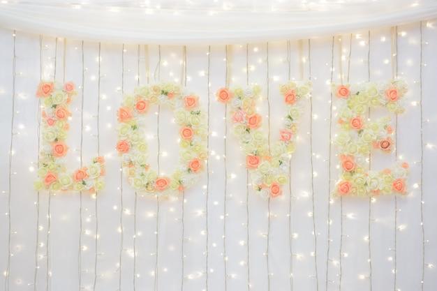 Bruiloft decoratie met bloemen liefde inscriptie