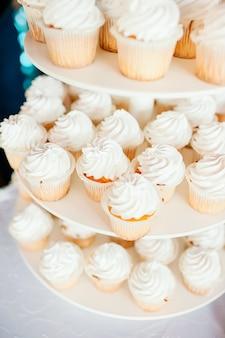 Bruiloft decoratie met bruiloft zoete traktatie en bloemen