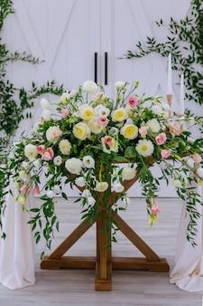 Bruiloft decoratie. regeling van verse aardbloemen.
