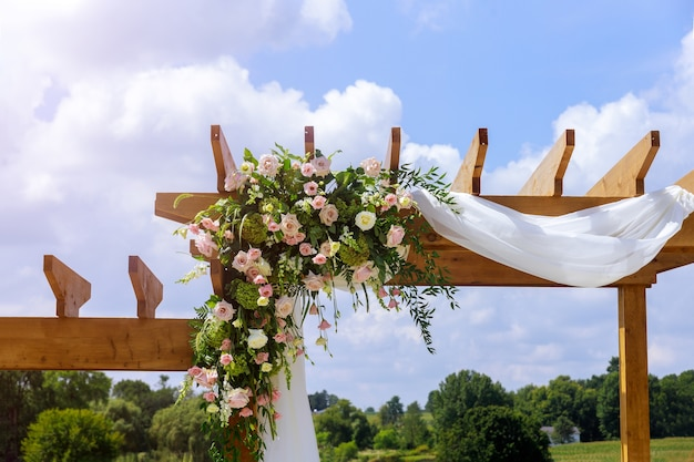 Bruiloft decoratie. regeling van verse natuurbloemen buiten.