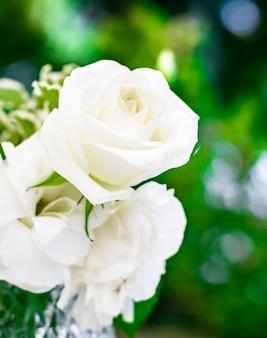 Bruiloft decoratie tafel decor en bloemen schoonheid boeket van witte rozen in luxe restaurant mooi...