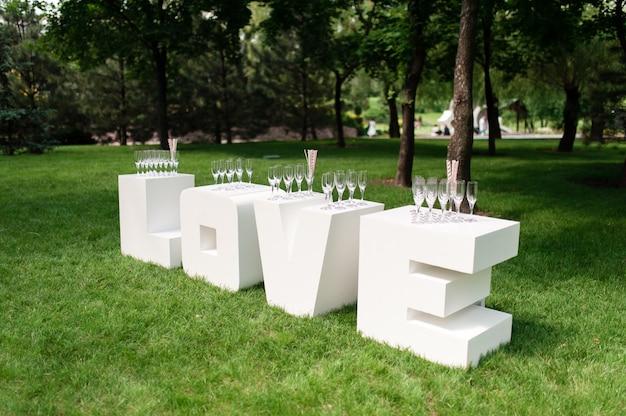 Bruiloft decoraties met het woord liefde
