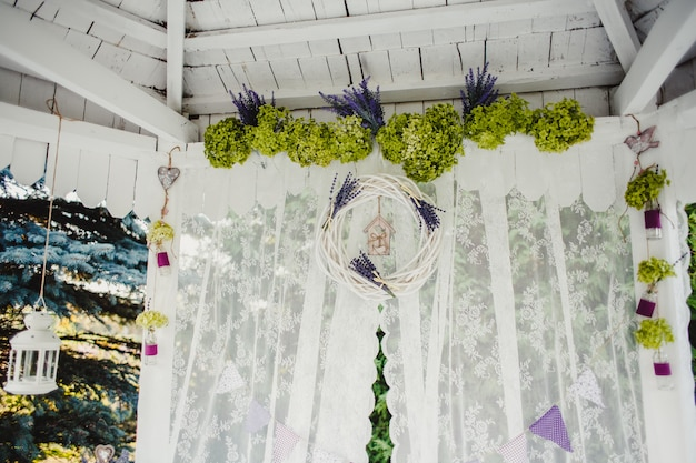Bruiloft decoraties. plechtige ceremonie. bruiloft in de natuur.