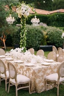 Bruiloft diner tafel receptie elegante tafels voor gasten met crèmekleurige tafelkleden