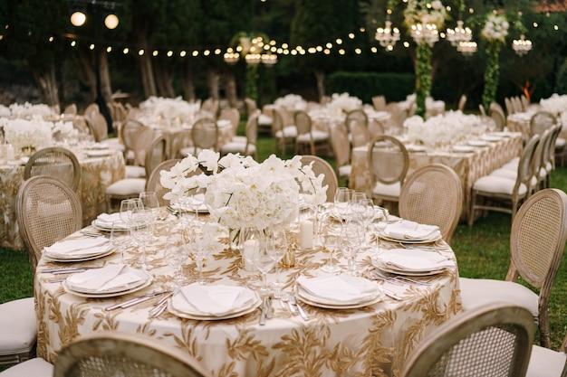 Bruiloft eettafel receptie elegante tafels voor gasten met crème tafelkledencloth