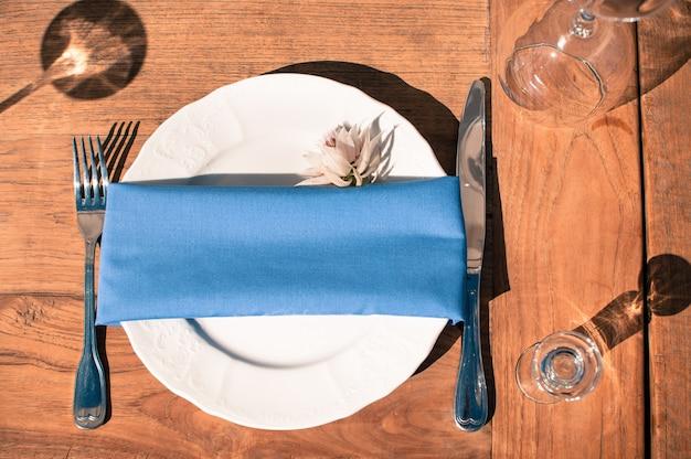 Bruiloft evenement decoratie tafel setup, houten textuur, buiten