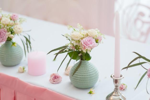 Bruiloft feestelijk decor. boeket van lentebloemen. tabel van nieuw getrouwde