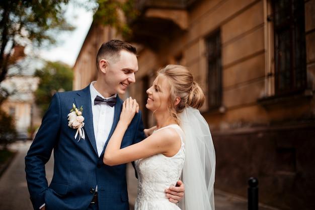 Bruiloft fotoshoot. bruid en bruidegom wandelen in de stad