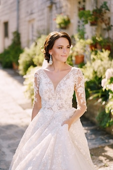 Bruiloft fotoshoot in montenegro perast portret van een bruid in een witte jurk met kant op een oud