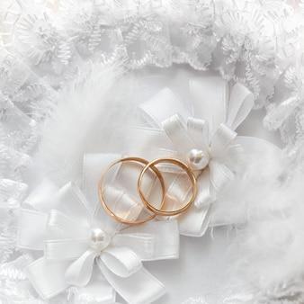 Bruiloft gouden ring, decoraties voor een huwelijksfeest.