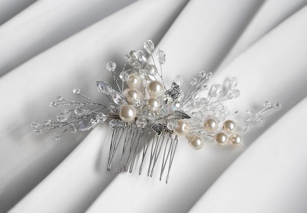 Bruiloft haar clip, sieraden met parels en accessoires.