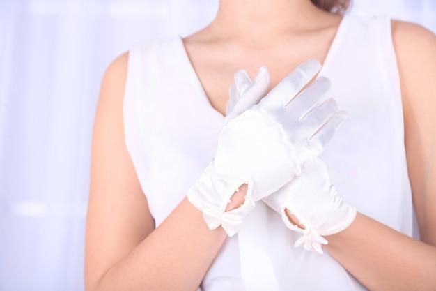 Bruiloft handschoenen op handen van bruid, close-up
