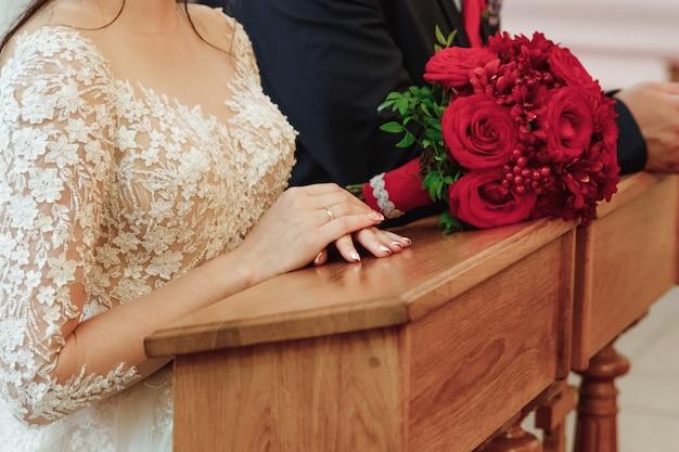 Bruiloft. huwelijksboeket van kleurrijke rozen ter beschikking van de bruid.