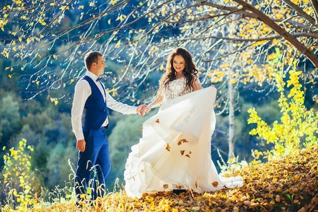 Bruiloft in de herfstpark. schoonheid, mensen.