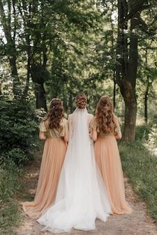 Bruiloft in de natuur achtergrond bruid met bruidsmeisjes