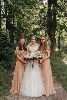 Bruiloft in gouden kleur bruid en bruidsmeisjes