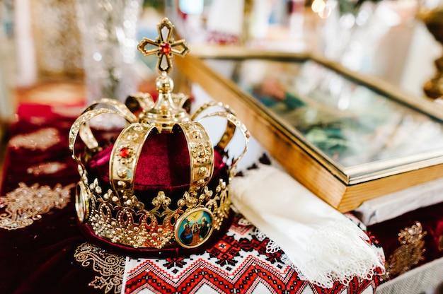 Bruiloft kronen en bijbel. bruiloft kroon in kerk klaar voor huwelijksceremonie. detailopname. goddelijke liturgie.