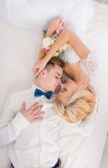 Bruiloft met decor kussen, knuffels. gelukkig stel. liefhebbers van bruid en bruidegom in luxe decoratie. bruid en bruidegom samen. paar knuffelen. jonggehuwden op huwelijksdag