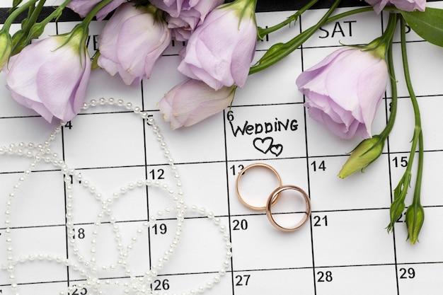 Bruiloft met twee harten geschreven op kalender en ringen