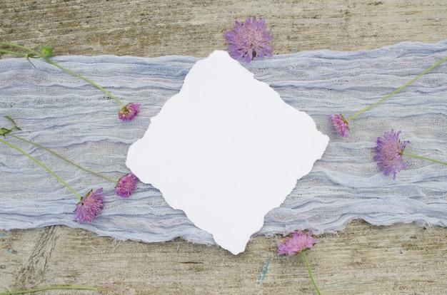 Bruiloft mockup met roze bloemen op een violette loper en olr rustieke houten achtergrond